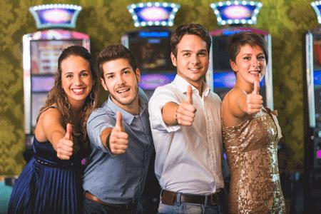 personas disfrutando de los mejores casinos online